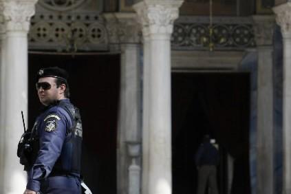 Un policière grec devant un église d'Athènes... (Photo: Reuters)