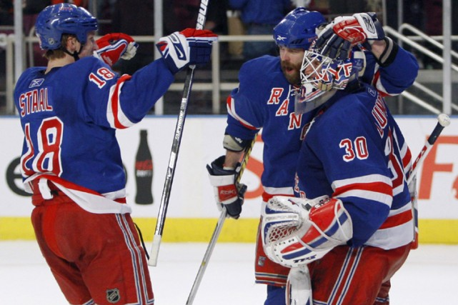 Marc Staal et Paul Mara félicitent leur gardien... (Photo: AP)