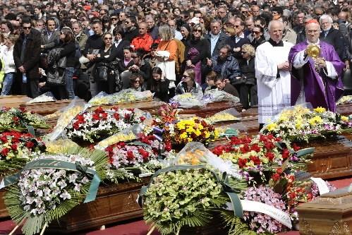 L'Italie a célébré vendredi les funérailles des victimes du terrible séisme qui... (Photo: AFP)