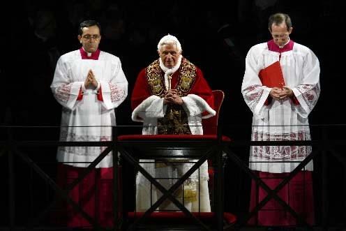 Le pape Benoît XVI a présidé la procession.... (REUTERS/Alessia Pierdomenico)