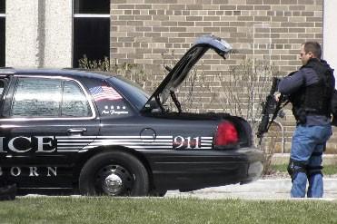 Des policiers arrivent au campus.... (Photo AP)