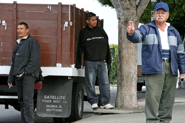Des travailleurs journaliers latinos espèrent se faire engager... (Photo: Pénéloppe Fortier, collaboration spéciale)