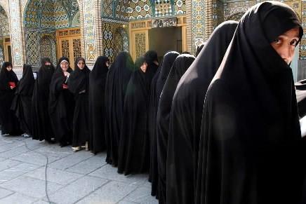 Des femmes iraniennes font la file lors des... (Photo: AP)