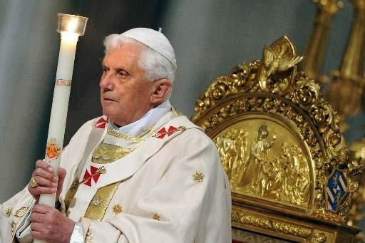Le pape tient un cierge allumé dans le... (Photo AFP/Alberto Pizzoli)
