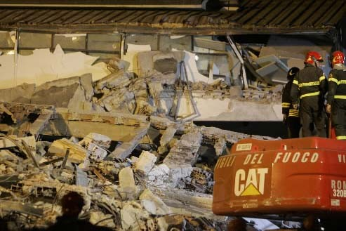 On continue de chercher parmi les ruines, mais... (Photo AP/Antonio Calanni)