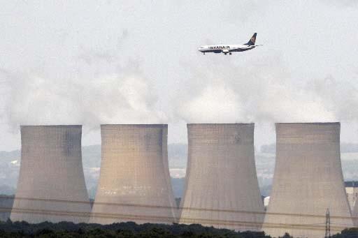 Un avion s'apprête à atterrir au East Midlands... (Reuters/Darren Staples)