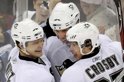 Kunitz, Staal et Crosby connaissent de bons moments.... (Presse canadienne et AP/Gene J. Puskar)