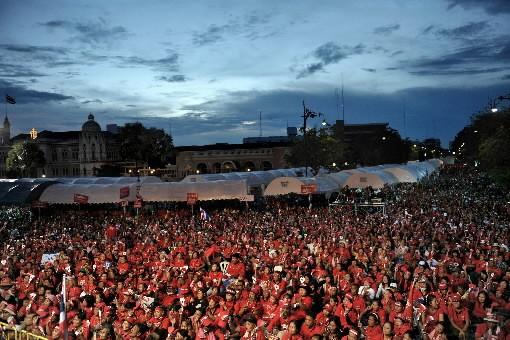 Des milliers de manifestants défiaient dimanche l'état d'urgence imposé à... (Photo: AFP)