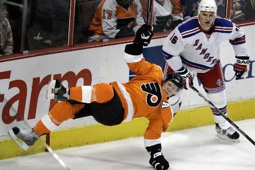 Kimmo Timonen tombe sous les yeux de Sean... (Photo AP/Tom Mihalek)