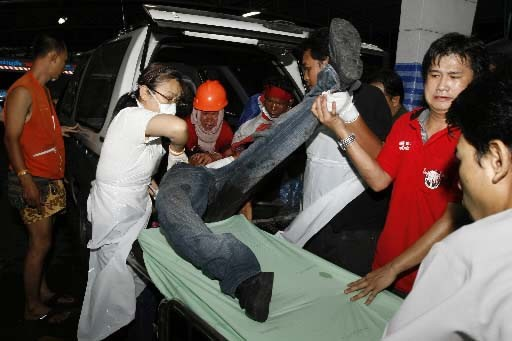 Des secouristes viennent en aide à un blessé... (REUTERS/Stringer)