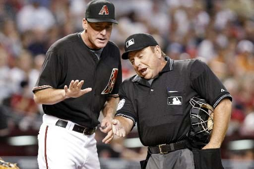 Le gérant Bob Melvin discute avec l'arbitre.... (REUTERS/Rick Scuteri)