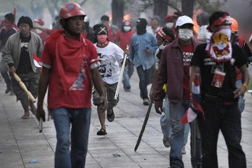 Des soldats thaïlandais, armés de fusils automatiques, ont fait battre en... (Photo AFP)