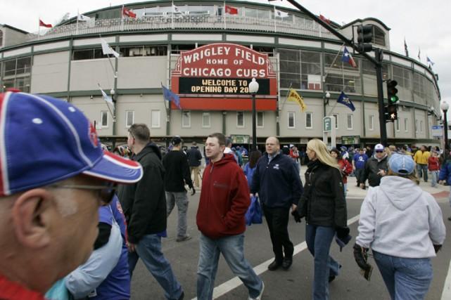 Des spectateurs circulent devant le Wrigley Field, à... (Photo: AP)