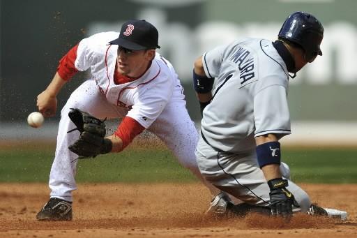 Jed Lowrie des Red Sox tente de retirer... (Photo: Reuters)