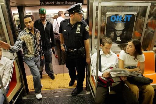 Des usagers dans le métro de New York... (Photo: archives Reuters)