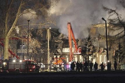 Des pompiers tentent d'éteindre le brasier à Kamien... (Photo: Reuters)