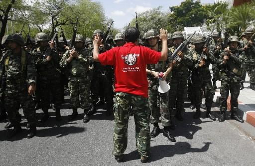 Un partisan de Thaskin Shinawatra lève les bras... (Photo: Reuters)