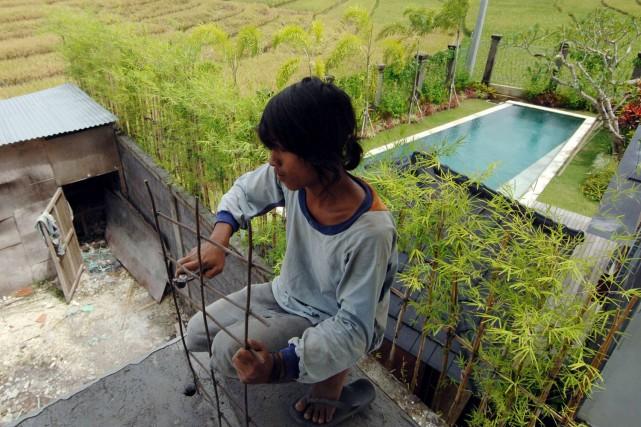 Un ouvrier construit une villa à Bali.... (Photo: AFP)