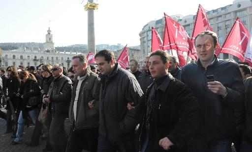 Les opposants au régime géorgien, manifestant mardi pour la sixième journée... (Photo: AFP)