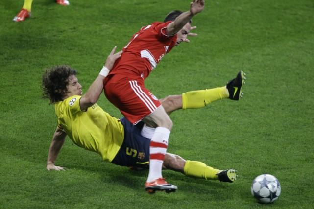 Lionel Messi, du FC Barcelone, tente de soutirer... (Photo: AP)