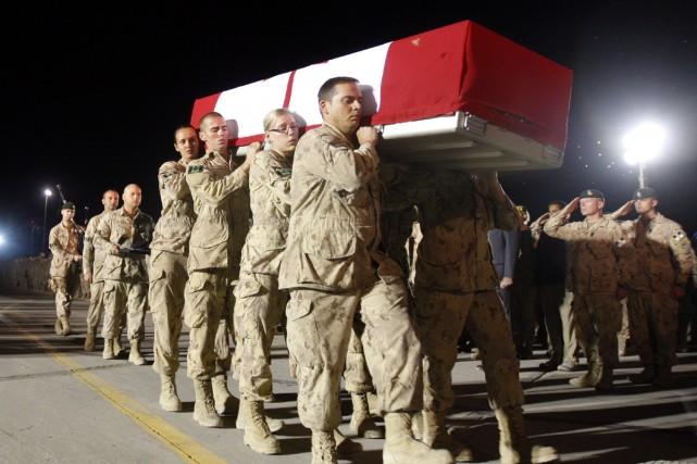 Des soldats canadiens ont transporté le corps de... (Photo Reuters)