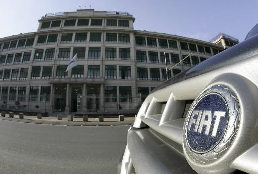 Une voiture de Fiat devant le quartier général... (Photo: Reuters)