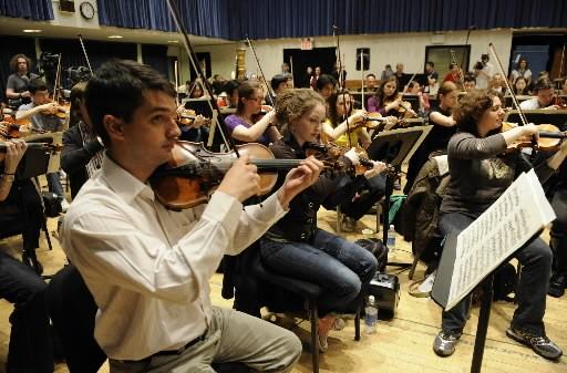 Des musiciens du YouTube Symphony Orchestra... (Photo: AFP)