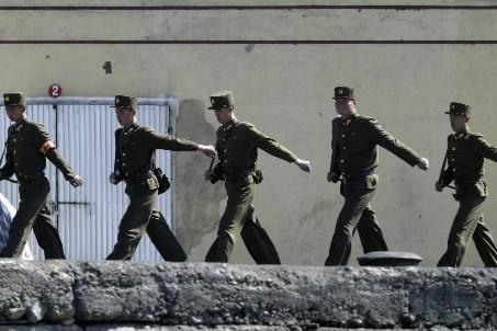 Des soldats nord-coréens... (Photo : Reuters)