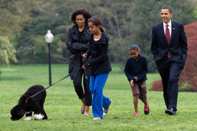 Les Obama ont récemment accueilli un nouveau membre... (Photo: AFP)