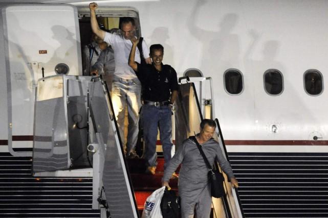 L'équipage du Maersk Alabama sort de l'avion.... (Photo: Reuters)