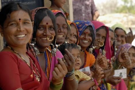 Des femmes montrent leur doigt marqué d'encre après... (Photo: Reuters)