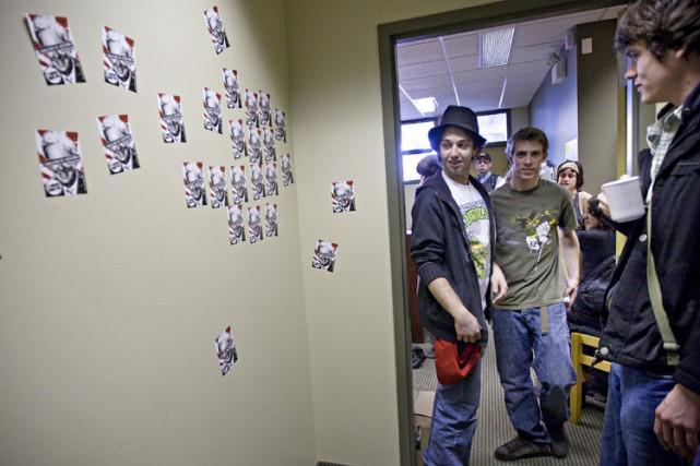 Des autocollants ont été apposés sur les murs... (Photo: Patrick Sanfaçon, La Presse)