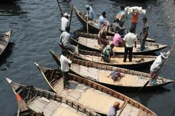 Des hommes ramènent des bateaux aux quais au... (Photo: AP)