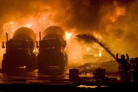 De nombreux pompiers s'affairaient en soirée à arroser... (Robert Skinner La Presse)