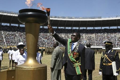 Le président du Zimbabwe, Robert Mugabe, allume la... (Photo: AP)