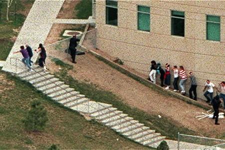 Les États-Unis commémorent aujourd'hui les 10 ans de la tuerie de l'école... (Photo: AP archives)