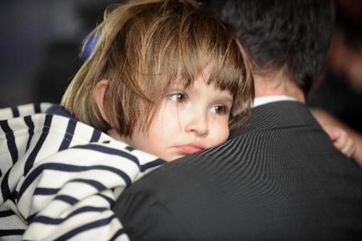 Elise dans les bras de son papa, Jean-Michel... (Photo: AFP)