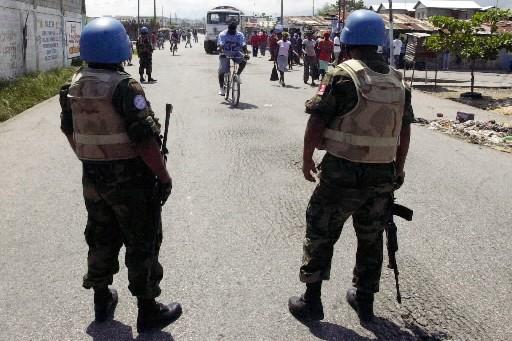 Des policiers tentent d'assurer la sécurité.... (Photo: AFP)