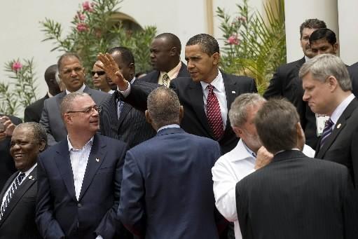 Barack Obama encerclé d'un groupe de leaders au... (Photo: AFP)