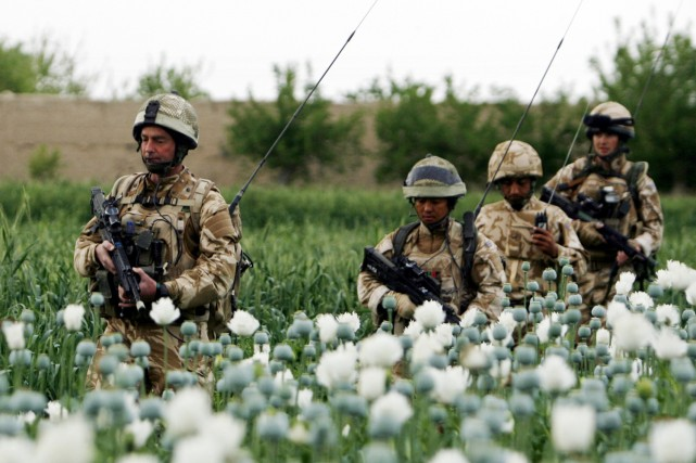 Des soldats britanniques marchent dans un champ de... (Photo: Reuters)