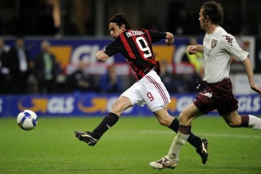 Inzaghi marque un de ses buts.... (Photo Damien Meyer, AFP)