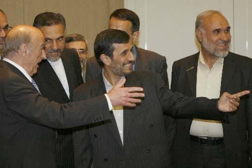 Le président Mahmoud Ahmadinejad avec le président suisse... (Photo Anja Niedringhaus/AFP)