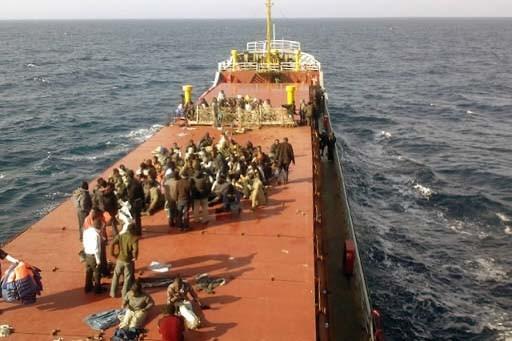 Les migrants se reposent sur le cargo.... (Photo AFP/Équipage du MV  Pinar)