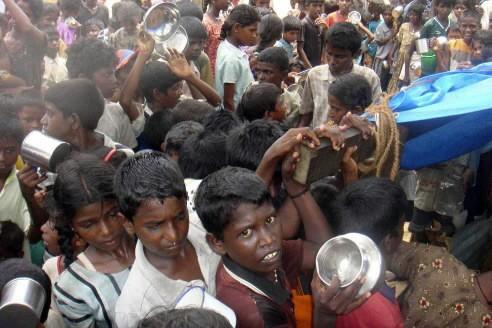 Des enfants tamouls attendent en fil pour recevoir... (Photo: AP)