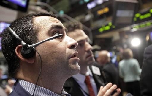 Un négociateur sur le plancher du NYSE, lundi... (AP)