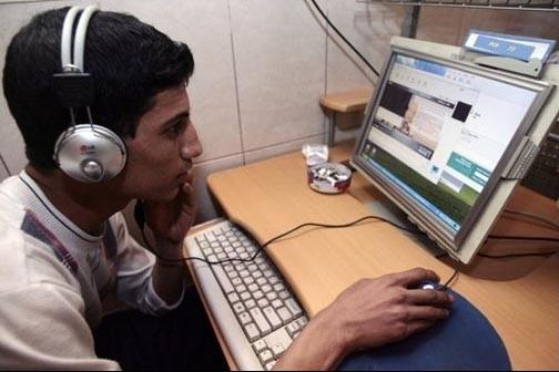 Un jeune dans un café internet à Bagdad.... (Photo: AFP)