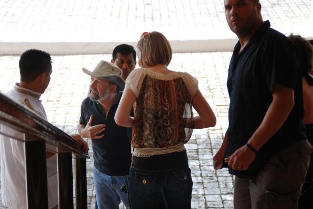 Des touristes discutent avec un policier et un... (Photo: PC)