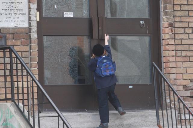 Ce petit garçon juif orthodoxe regarde à l'intérieur... (Photo: Martin Chamberland, La Presse)