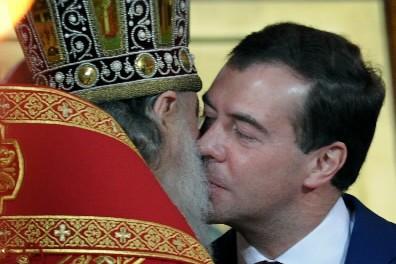 Le président Dmitri Medvedev reçoit l'accolade du patriarche... (Photo: AFP)
