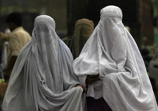 Des femmes se promènent dans la rue au... (Photo: Reuters)